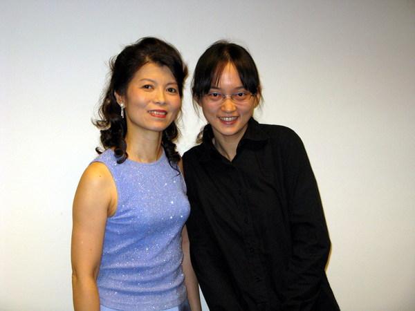 接著黃婷婷去找她的主修老師--曉玲合照