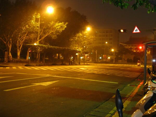 這是清晨六點鐘學校側門旁的馬路,我正要前往「秘密基地」。