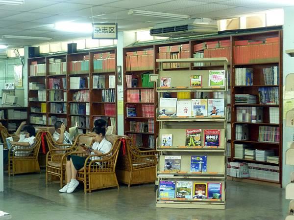 杂志区有许多国内外知名杂志