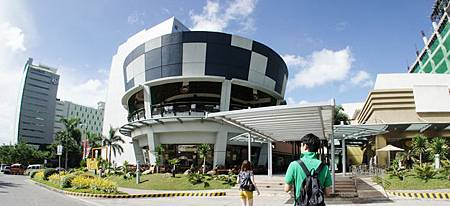 飯店內設有各國餐廳、商店、健身房與casino。