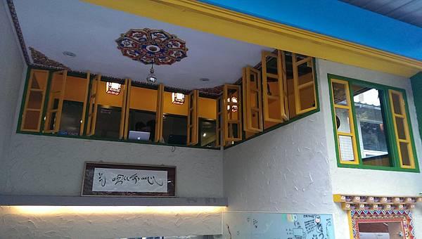 有花成本的天花板及燈飾設計,將藏式建築特色從西藏搬了過來。