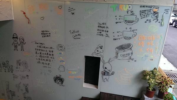 入口牆面還有個許願牆,牆上的塗鴉都好Cue,局部特寫分享給大家。