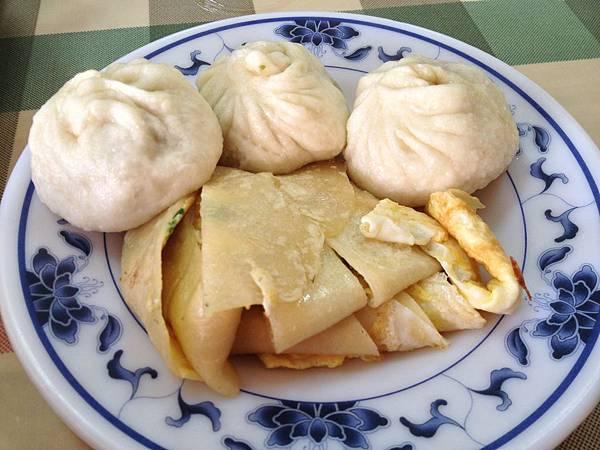鮮肉湯包(10元)&蛋餅(20元)