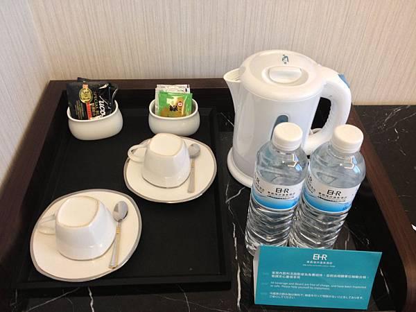 礦泉水跟茶包