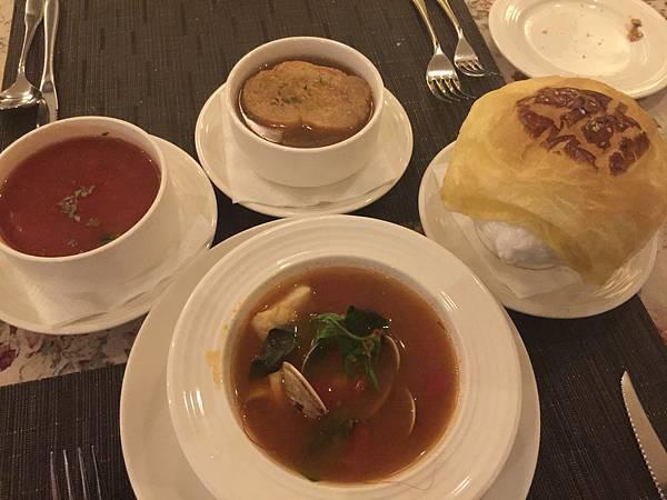 酥皮雞肉玉米濃湯&地中海式海鮮湯&義大利蔬菜湯&法式洋蔥湯
