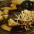 煮食中的烏骨雞鍋