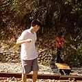 想在鐵軌上照相又很怕火車會來....jpg