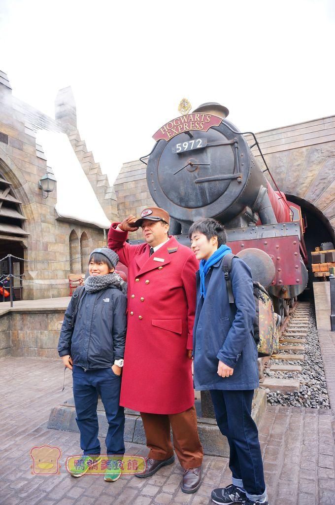 跟列車長拍照