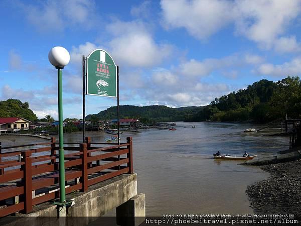 小心鱷魚的告示牌不是假的,據說這裡每六公里就會有一隻鱷魚出沒,當我們奔馳在巴哥河時,導遊還會開玩笑說前面凸起類似樹枝的漂浮物其實是鱷魚的頭部。 儘管我們當時一笑置之,可確實完全不想把手探入河水中測試。