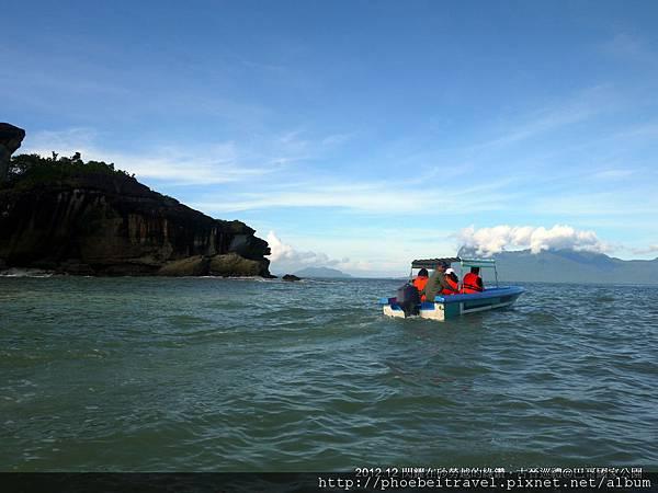 同行的夥伴們正努力往前奔馳,沿途都是來往的長舟穿梭其中,看不出來此時只是早上八點多吧。