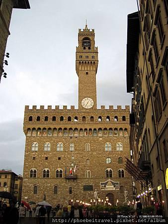 舊宮(Palazzo Vecchio)初稱為領主宮(Palazzo della Signoria),得名於佛羅倫斯共和國的統治者。在歷史上還曾稱為Palazzo del Popolo、Palazzo dei Priori和Palazzo Ducale。美第奇將公爵府遷往阿諾河對岸的碧提宮後,此處就稱為「舊宮」