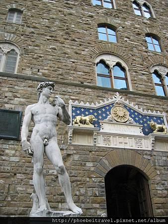 今日的舊宮前面聳立著文藝復興三傑的米開朗基羅大衛像複製品與海神雕像,另外也有眾多的傑作和藝術品,目前是最重要的公共空間。