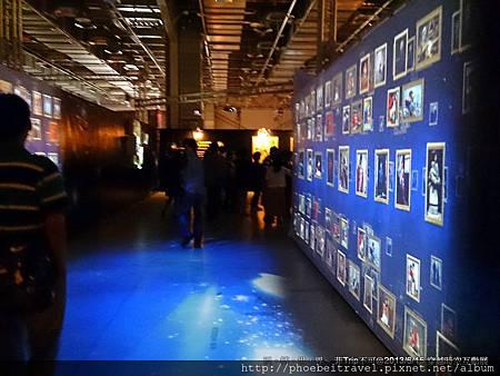 穿過油畫牆,走入不同的展覽互動世界,原來畫作可以這樣展示,原來我們可以這樣看畫、賞畫、學畫、與畫互動。