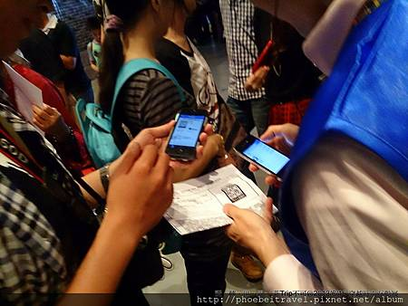 幫忙代買的友人則是以標準的手機一連掃描八張Code,順利入場