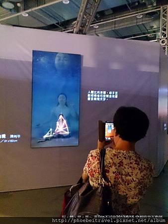 現場有許多觀眾對自己感興趣的內容,都是毫不猶豫地駐足、欣賞後,直接拿起手機拍攝。