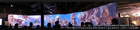 最後展示的畫作則是以米開朗基羅在西斯汀禮拜堂的《最後的審判》作結。 儘管非第一次觀看此畫作,然而,透過巨幅螢幕呈現畫作本身水平線與垂直線交叉的仰視校效果,也讓我目不轉睛地怕錯過任何一個栩栩如生的細節。