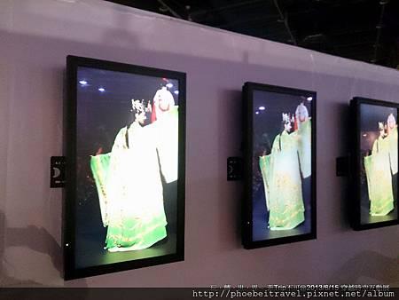 一邊的電視牆展示著模特兒穿著漢服走秀的畫面,華麗精緻的打扮,令人驚艷於不亞於清裝的雍容。