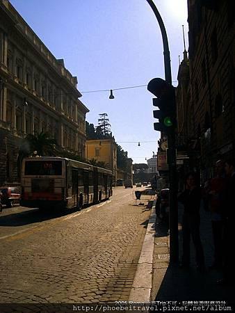 羅馬街景~追憶似水的歐遊年華~羅馬篇 想當年,甜美的奧黛莉赫本和英挺帥氣的葛雷葛萊畢克合體,讓一塊在『聖塔瑪麗亞教堂』門廊上的圓形石板--『真理之口』,隨著電影紅遍全世界逾半世紀;更讓不少人前往羅馬時,渴望租台傳奇的偉士牌機車,穿梭羅馬大街小巷。 而後「神鬼認證」、「不可能的任務3」與「瞞天過海2」等電影,讓世界領略在浪漫之外的現代羅馬風貌,卻以「賓漢」、「神鬼戰士」或「羅馬的榮耀」等架構在古帝國時期的影音,重現古羅馬盛世風華;於是,這座彷彿如永恆般存在的古城,總是跟浪漫、文化藝術和美食脫離不了關係;然而,羅馬卻在2009年隨著電影版~羅柏‧藍登的解謎腳步,一舉重新再躍入年輕世代心中冒險之旅的首選,一窺神祕歷史遺跡,重新掀起這座天使與魔鬼並存的永恆之都的解密旅遊風。