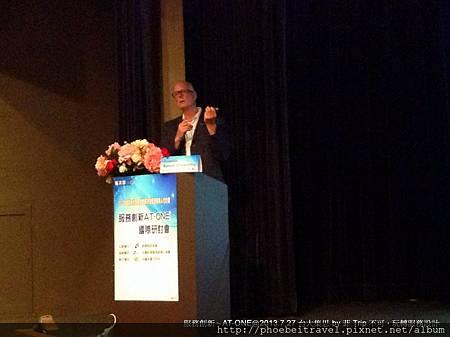 在演講的過程裡,prof. Simon Clatworthy 更數次以台灣的MRT服務在地化的例子,試圖說明服務設計的重要性,在跨越語言後,能夠描繪與體驗的好感受,就是一種互動的開始。