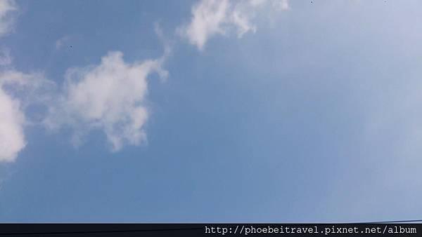 再藍的天空,只要在城市中生活,總容易看到一絲絲的天線黑著