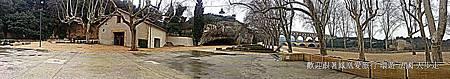 【漫步‧千年前的偉大人工智慧】這是今年2月期間,我們優秀的法國領隊~Pauline拍回來的嘉德水道橋全景照。 在1985年被列為世界遺產的嘉德水道橋是南法地區眾多羅馬遺跡中最負盛名的一處觀光勝地,是是羅馬時代的供水系統,最上層的路面是供水通過,數百塊巨石打造,更無使用任何黏合用材,純以精密的力學計算切割與組合。據說1958年的洪水曾氾濫到第二層,但仍沒有損害到此橋,可說是古羅馬完美水利工程的代表唷^^  ◎最經典的鳳凰【法國戀戀風情10天】包含此景點