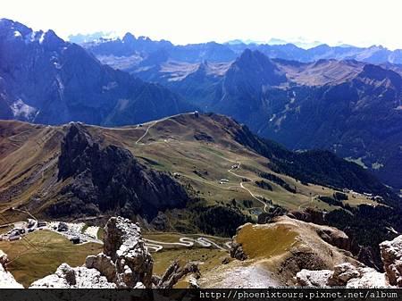 啟動全景模式 飽覽360度山景之美  2009年被列入世界遺產的多洛米提山林( DOLOMITES),以其獨特的地表自然景觀吸引眾多歐美遊客前往,更享有「世界上最完美自然建築」的美譽。