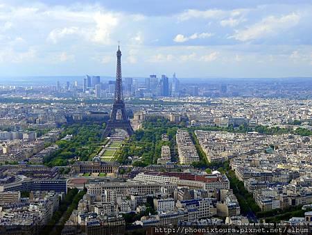 不用再癡癡遠望,只要參加行程名稱包含<住巴黎鐵塔旁>的行程,就能經鬆享受美麗的夜巴黎^^  【艾菲爾鐵塔】已成為巴黎的精神象徵,無論從哪一個角度均能看到聳立的艾菲爾鐵塔;夜景的艾菲爾鐵塔更是美麗動人,若你有勇氣可以登上鐵塔頂端看看,驚險的經驗將讓你畢生難忘。 為了慶祝法國大革命百周年紀念和萬國博覽會,由艾菲爾(G. EIFFEL)設計,由電腦控制的照明設備使得白天的『鐵塔』一到晚上就變成一座『玻璃』塔,在燈光照射下玲瓏剔透,成為夜巴黎的奇景之一。   歡迎參考  ◎ 2013/7/23、7/30、8/6、8/13 出發的法國戀戀風情10天住(巴黎鐵塔旁)  ◎2013/8/13 出發的瑞法峰雲花都10天(三大名峰加值版,住巴黎鐵塔旁) 目前還有八八節特惠方案唷!