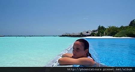 雙魚渡假村_一如馬爾地夫給人的印象,潔白細膩的沙灘,清澈見底的海水,雙魚渡假村位於馬列南環礁,搭乘快艇只需45分鐘即可到達,整間渡假飯店置身於綠意盎然的棕櫚樹中,所有的客房輕推開門就能眺望海天一色的世界級美景與湛藍環礁湖,是台灣旅客中評價相當高的飯店!