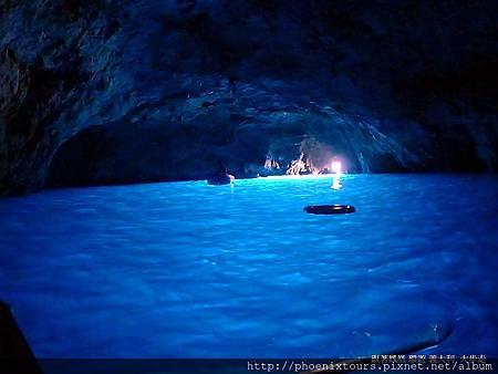 卡布里島最富盛名的就是深藏在海蝕洞裡的藍色奇觀