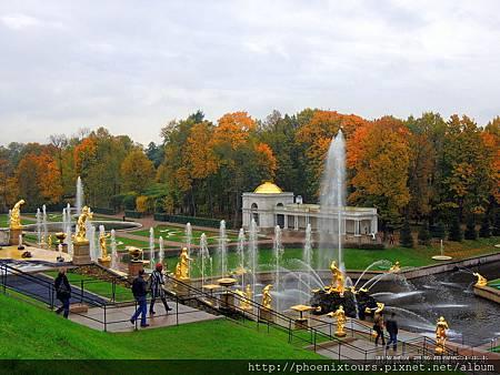 聖彼得堡【秋天的童話故事 正準備拉開序幕_3】 彼得夏宮有『俄羅斯凡爾賽』的美譽。大宮殿是夏宮建築群的中心,1740年成為了皇家宅邸,宮殿長度大約300公尺。內外裝飾有巴洛克、洛可可及古典主義風格,反映了歷史和裝飾藝術不同的發展階段。 下花園布局獨具一格,筆直的林蔭大道,修剪整齊的灌木叢,豪華的人工石雕,以及許多的奇想怪作把花園裝飾的美妙無比。  @鳳凰旅遊 2013秋天的童話一俄羅斯金環經典10天(莫斯科河遊船晚餐) 晚間特別安排前往【尼古拉宮】,欣賞俄羅斯民俗舞蹈,中場休息時更安排雞尾酒會,品嚐俄羅斯風味點心並一飲著名之伏特加酒。