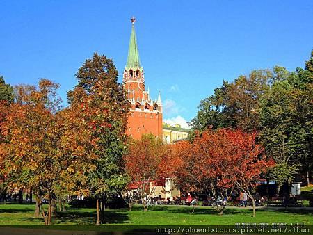 【秋天的童話故事 正準備拉開序幕_9】 過去因政治因素,總是顯得神秘的「俄羅斯」首都—「莫斯科自治市」,在現代改革開放的腳步下,逐漸被揭開神秘面紗,讓人得以一窺其奧妙之處。 「莫斯科」是俄羅斯首都,也是全國的政治、經濟、文化、科學和交通中心,更是『全俄羅斯第一大都市』與『全世界第六大都市』;以當地「瓦茨語」,「莫斯科」(Moskva)原意為『划船者』或『石匠的城寨』之意。 布局嚴整的「莫斯科」以「克里姆林宮」和「紅場」為中心,以放射環狀共四千多條大小街道向四周延伸。  @鳳凰旅遊的 <秋天的童話一俄羅斯金環經典10天(莫斯科河遊船晚餐)>
