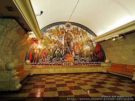 【秋天的童話故事 正準備拉開序幕_5】 地下鐵是莫斯科最重要的交通工具之ㄧ,以顏色做路線的區隔。莫斯科地鐵站更因為建築造型的華麗還擁有『地下宮殿』的稱呼。車站皆由國內著名建築師設計,廣泛採用大理石、馬賽克、花崗石、陶瓷和五彩玻璃作為設計的裝飾部份。 在整體設計而言,公認最漂亮的幾個車站是:Komsomolskaya Koltsevaya、Ploshchad Revolyustii、Arbatskaya Koltsevaya、Taganskaya Koltsevaya等。  @鳳凰旅遊的 <秋天的童話一俄羅斯金環經典10天(莫斯科河遊船晚餐)> 我們特別安排晚上欣賞【馬戲團】精采表演活動喔