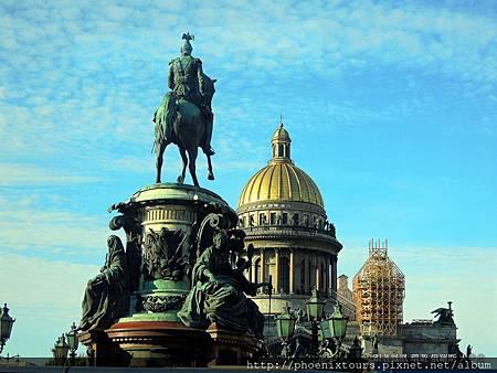 尼古拉一世騎馬像-【秋天的童話故事 正準備拉開序幕_4】 <尼古拉一世騎馬像>矗立在聖以薩克廣場上。 現為市議會所在地的瑪麗亞宮、莫以卡河上彼得堡市最寬的藍橋 (100公尺)與歷經40年建設的【聖以薩克大教堂】,模仿梵蒂岡聖彼得大教堂而興建的聖以薩克教堂,是彼得大帝生日的紀念教堂。寬敞金碧輝煌的教堂大廳,四壁繪有價值連城的壁畫與聖像裝飾,空前的裝潢創舉是將從各地運來的彩色礦石,拼貼與雕刻成各種聖像裝飾,當中最引以為傲的是大廳內的聖像屏,以400公斤的黃金與16噸的孔雀石、1000噸的天藍色礦石裝飾,三層的聖像屏以馬賽克、孔雀石、金箔與彩色玻璃拼貼而成,華麗非凡且別出心裁!  @鳳凰旅遊的 <秋天的童話一俄羅斯金環經典10天(莫斯科河遊船晚餐)>特別安排自由漫步涅夫斯基大街,慢慢的參觀大街上古典歐風建築與現代精品商圈融合的美感,又或者沿著街道找到因普希金而聞名的「文學咖啡館」,這是文人雅士最愛來的一家咖啡館。