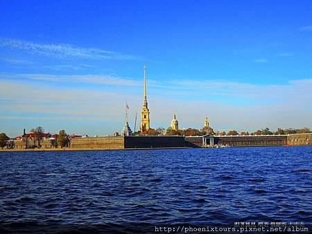 【秋天的童話故事 正準備拉開序幕_2】 俄羅斯俗諺「不到聖彼得堡就等於沒到過俄國」 舊稱為「列寧格勒」(Leningrad)的「聖彼得堡」,是俄羅斯的第二大城和國內最大的港口,也是昔日『沙俄時代』的首都;位在「波羅的海芬蘭灣」東岸,整座城市大部分座落在「聶瓦河」入海口三角洲的近百個島嶼及河畔,市內水道縱橫,橋樑遍佈,有『北方威尼斯』美稱。 「聖彼得堡」同時也是俄國受西化影響最深的國際化大都市,俄國著名詩人普希金曾讚美這是『一扇面向歐洲的窗戶』。  @鳳凰旅遊 2013秋天的童話一俄羅斯金環經典10天(莫斯科河遊船晚餐) 特別規劃安排莫斯科住宿4晚、聖彼得堡住宿3晚,入住共7晚的五星飯店