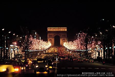 法國最大聖誕市集與輕旅行美好的相遇~ 【2013 巴黎香檳寫意萊茵輕旅行8天】特定出發日包含法國最大聖誕市集 2013年史特拉斯堡聖誕市集11月30日~12月31日  前往法國最大聖誕市集:http://goo.gl/HmeaJ6  關於:【法國最大聖誕市集;聖誕首都史特拉斯堡】Strasbourg Capitale de Noël 「雪花隨風飄,花鹿在奔跑,聖誕老公公,駕著美麗雪橇!」法國最著名規模最大的聖誕市集,就在史特拉斯堡! 自1570年開始,每年史特拉斯堡冬季的重頭戲即為著名的聖誕市集,為期一個多月的時間裡,市集上的溫煦燈火將城市妝點得如夢似幻。整個古城散發歡樂的聖誕氣氛,聖誕老人派禮物、家家戶戶掛滿聖誕裝飾,還有一棵全歐最高的聖誕巨樹,加上天天有聖誕市集(Marchés de Noël),最常見的「聖誕樹」,就是從這裡開始喔!