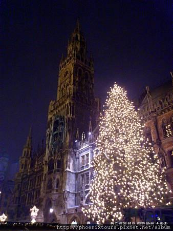 ((聖誕市集活動推出囉)) 一年一度的節慶來臨,連路邊的小店都加入這場歡樂的派對哩。  鳳凰旅遊 包含德國最大聖誕市集的團體行程安排有  德意志湖光山語10天 (單國旅遊):http://goo.gl/ksKNnC  德瑞浪漫雙峰會10天 (一次玩兩國):http://goo.gl/P5IYeQ