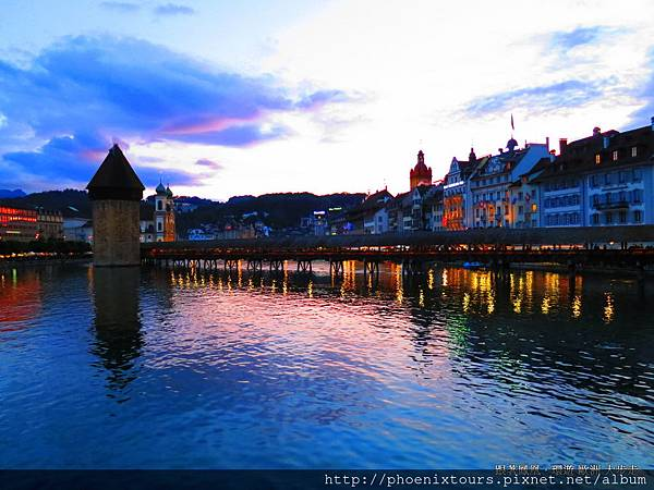 瑞士著名渡假小鎮◎盧森。拜訪盧森城內之◎獅子紀念碑,聆聽一段英勇的傳說,漫步於中古世紀◎木橋、舊城古老的街道,美麗的湖泊、阿爾卑斯山與中世紀建築相互輝映,如詩如畫的景象,盡享悠閒時光。