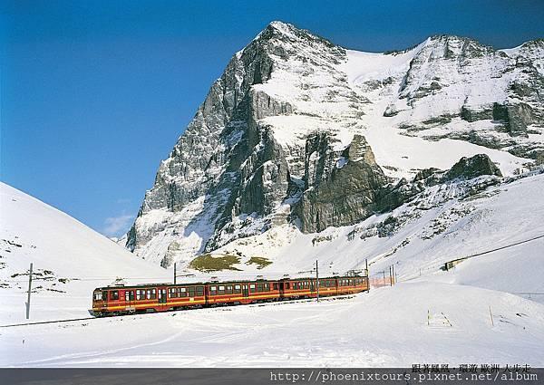 高山鐵道之旅:特別安排搭乘少女峰景觀火車,以悠遊的心情扶搖直上,沿途欣賞連線的綠坡襯托雪山峻嶺的奇景。