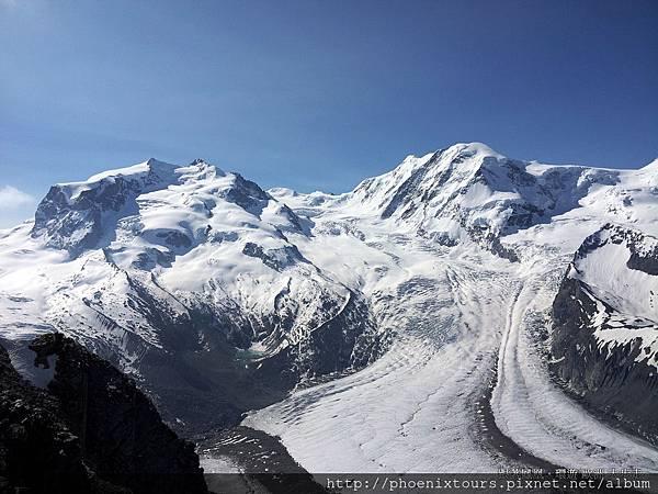 少女峰常被人稱為「小瑞士」,因為它變化有致的天然美景,是瑞士風景中最美麗的地區之ㄧ,這裡包括了阿爾卑斯山脈群峰、湖泊、冰川、樹林和瀑布,以及許多建立在山腰、谷底的迷人城市。這是一個非常適合一年四季度假的聖地,它兼具了運動、休閒和娛樂,是瑞士最受歡迎的運動場所,尤以艾格爾(Eiger)、僧侶(Mönch)和少女(Jungfrau)三座巍峨的三峰最有名,卓然而立,連成優美雄姿,被認為最能代表瑞士阿爾卑斯山。