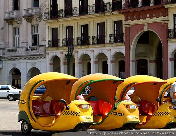 Habana _Coco Taxis In Cuba_dreamstime_l_251422