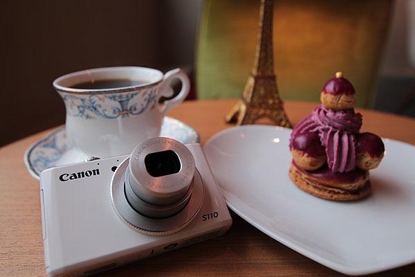 (圖說三) Canon PowerShot S110今宣佈降價1,000元,輕巧體積最適合外出旅遊或下午茶使用,為潮流靚女最佳首選。