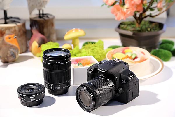 圖說二,Canon今日(3)發表EOS 700D數位單眼相機,同時再推出搭載步進馬達的EF-S 18-55mm f3.5-5.6 IS STM鏡頭(右一)的單鏡套組,在動態錄影時能有更寧靜的拍攝體驗。
