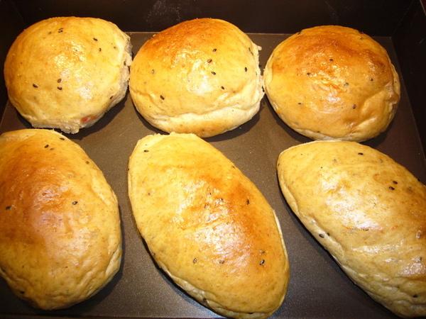 96.6.22蕃茄黑芝麻麵包