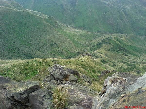 躺在岩石山往下看