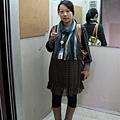 2009.11.18 社區電梯內拍一張,買的圍巾喔