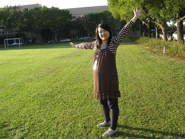 98.11.25 趁著天氣好,到草皮拍張照嚕!