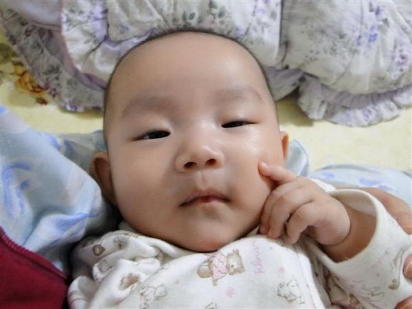2010.04.10 小草莓喝飽睡著 剛好裝可愛的小手出現!