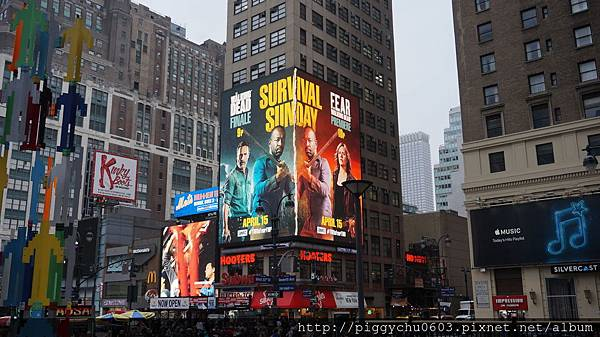 Penn Station & Madison Square Garden 外的廣告看板