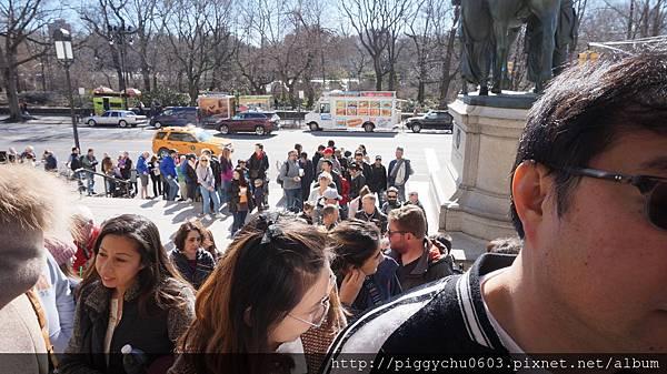 看不到盡頭的排隊人潮…全都是在等AMNH開門Q^Q