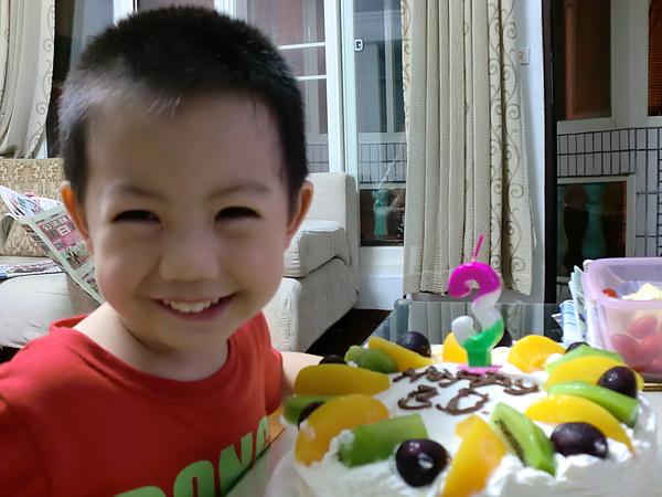 我三歲了,馬麻親自幫我做了個蛋糕。
